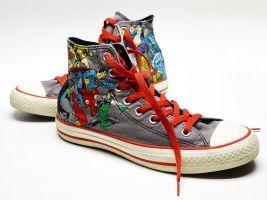 Twee kleurrijke sneakers