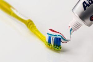 tandenborstel met tandpasta