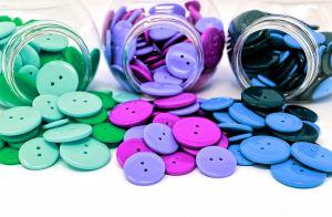 potjes met gekleurde knopen