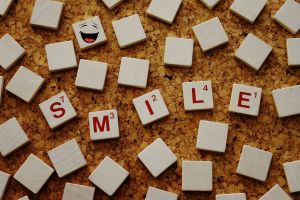 scrabbleletters vormen het woord smile