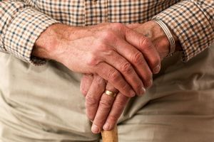 gevouwen handen van een oude man