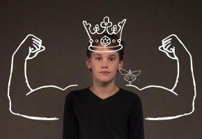 Foto van een kind. Via fotobewerking zijn er sterke armen naast het kind getekend en er staat een kroon op zijn hoofd.