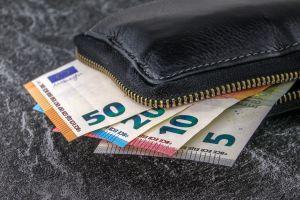 Geldbeugel met een biljet van 50, 20, 10 en 5 euro