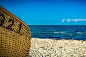 Mand met nummer 921. De mand staat op het strand.