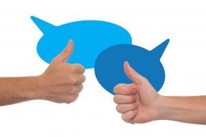twee duimen en twee tekstballonnen