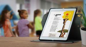 Kinderen in de klas met zicht op een laptop met een lied uit de bundel