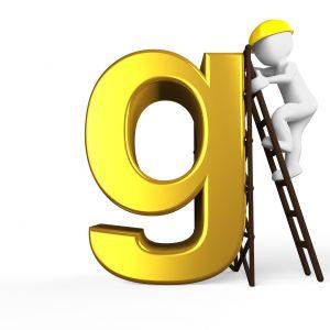 mannetje klimt met een ladder tegen de letter G
