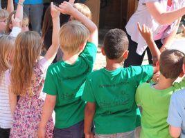 Enkele kinderen in een groep steken hun vinger op