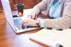 persoon werkt aan laptop