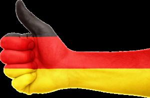 Hand met duim omhoog in de kleuren van de Duitse vlag