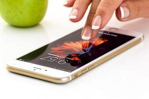 vingers tikken op een smartphone