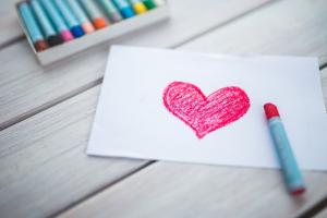 een rood hartje gekleurd met wasco