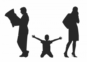 jongen die op zijn knieën zit tussen zijn ouders die met de rug naar elkaar staan