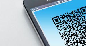 Een deel van een smartphonescherm. Op het scherm zie je een QR-code.
