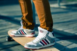 voeten op een skateboard