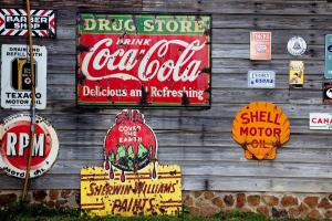 houten wand met o.a. reclame voor Coca Cola