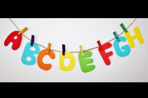 gekleurde letters van het alfabet hangen aan een touwtje