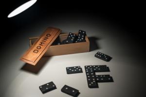 houten doosje met dominostenen
