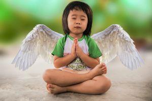 kind met vleugels in yogahouding