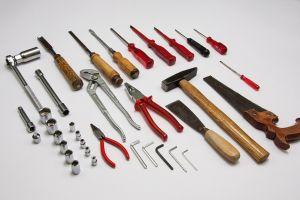 Verschillende gereedschappen uitgestald op een tafel
