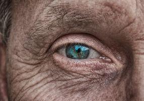 oog van een oude dame
