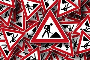 verschillende gevaarsborden door elkaar. Het zijn gevaarsborden i.v.m. werken aan de weg
