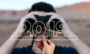 iemand met een verrekijker kijkt naar 2019