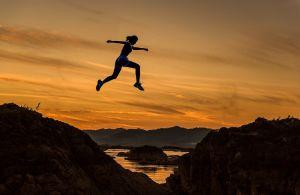 meisje sprint over een rots