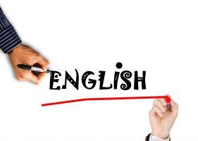 Twee handen die het woord English schrijven