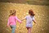 2 meisjes hand in hand