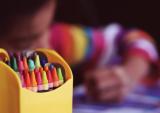Kind kleurt met waskrijtjes