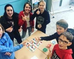 groepje leerlingen rond een spel