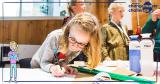 lagere schoolkinderen creatief aan het werken in de klas