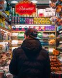 jongen in snoepwinkel