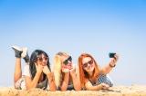 Meisjes hebben plezier op het strand.