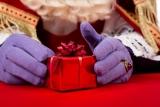 Sinterklaas met pakje.