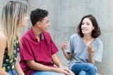Cursisten praten in de les