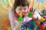 Kinderen kleuren tekening in.