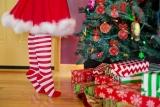 Meisje op tippen aan de kerstboom.