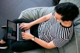 Man met laptop.