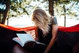 Boek lezen in hangmat