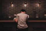 lezen in koffiebar