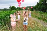 Meisjes laten ballonnen in de lucht