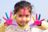 Kind met gekleurde handjes