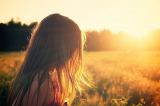 Meisje en zonsondergang