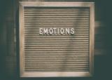 Bord met 'emotions' op