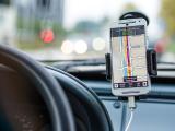 GPS op telefoon in houder auto