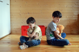 Kinderen met rug naar elkaar
