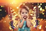 Kleuter met vleugels vlinders op rug
