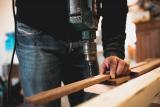Iemand bewerkt hout